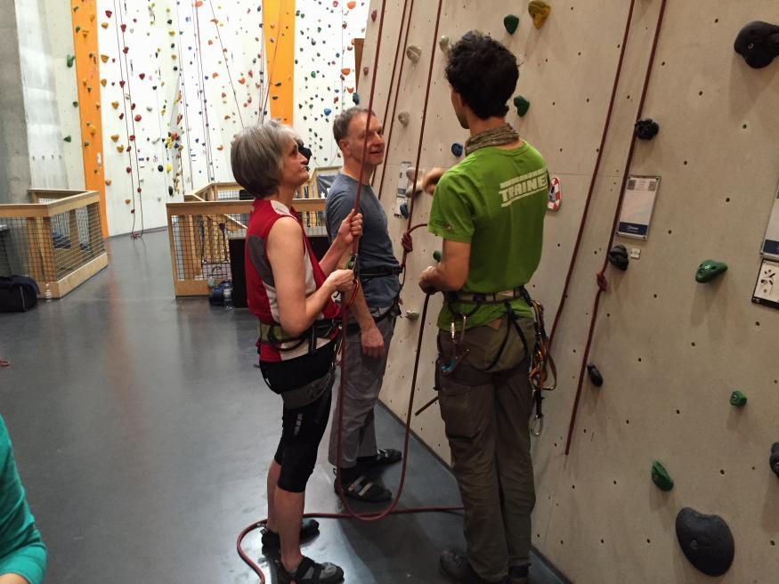 Tina und Andreas lauschen den Hinweisen des Trainers