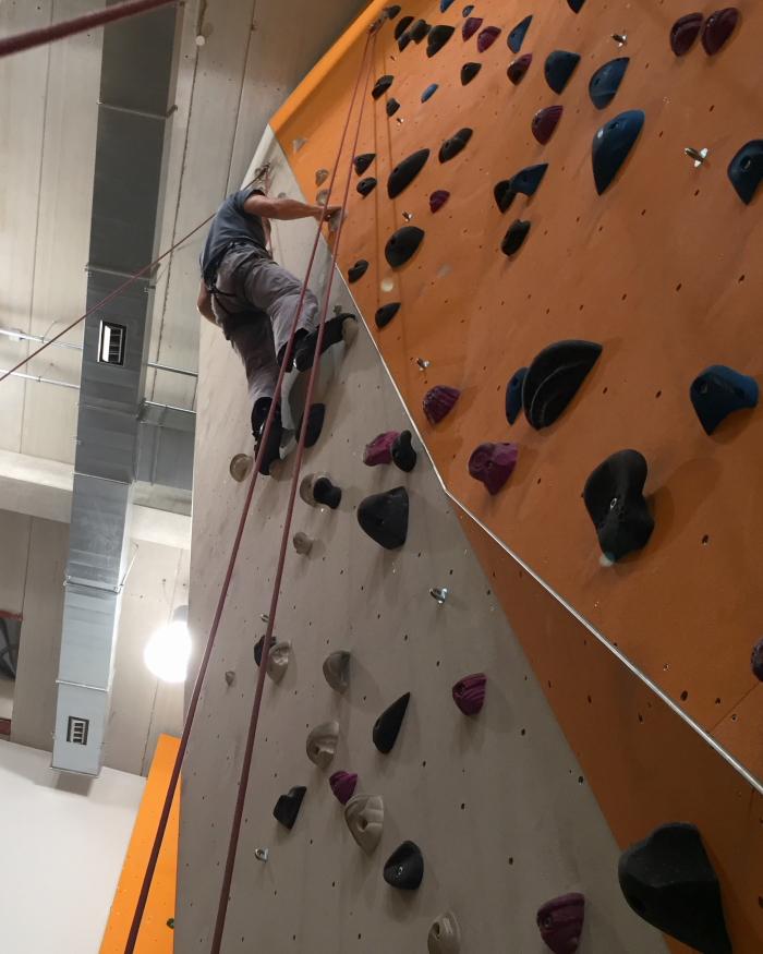 Hier meistert Andreas einen anspruchsvollen Anstieg mit nur wenigen kleinen Tritt- und Griffpunkten.