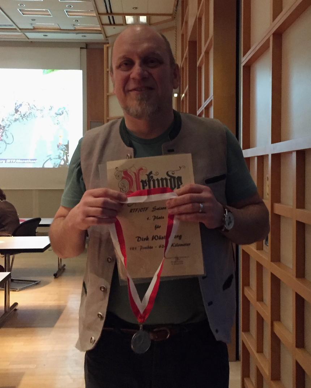 Dirk mit Medaille und Urkunde für den 1. Platz.