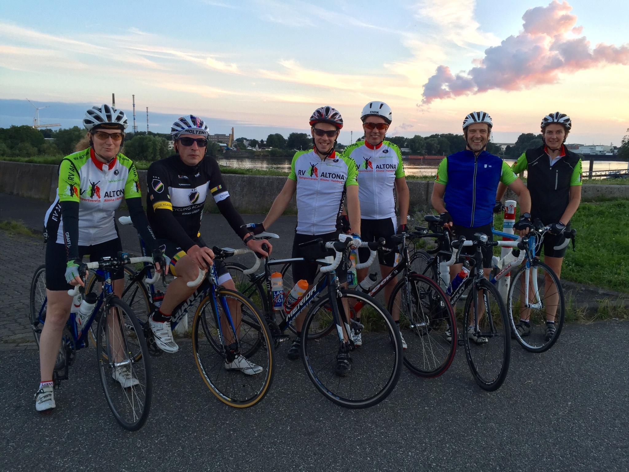 RV Altona Gruppenfoto der Trainingsrunde am Deich am 2.8.2016
